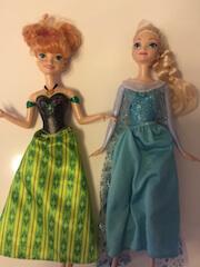 Die Puppen Anna und Elsa