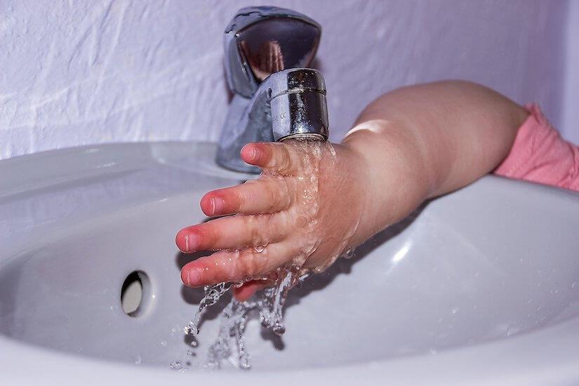 Kind wäscht sich die Hände